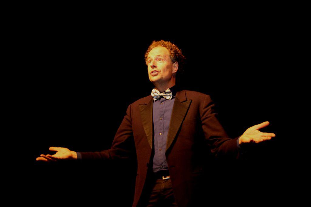 CABARET Arie Vuyk. Oude jaarsconference, ' TRENDING TOPICS '