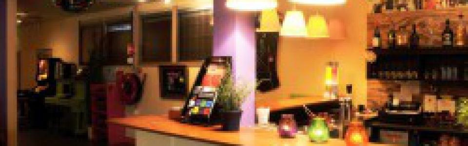 Pitboel theater is ook beschikbaar voor verhuur. Wij stellen de verschillende ruimtes in ons theater beschikbaar voor verhuur. WAARVOOR GESCHIKT? – feestavonden – performances (theater en muziek) – geluidsopnames voor cd – presentaties / lezingen – workshops enz. enz. Wilt u tijdens uw eigen feestavond verlost zijn van alle rompslomp zoals het verbouwen van uw woonkamer en het sjouwen met boodschappen? Dat kan ook anders. Bij ons vindt u een gezellige locatie voor uw feest, voorzien van alle faciliteiten.. Vooraf bespreken wij uw wensen en onze mogelijkheden. De ruimtes kunt u evt. naar eigen inzicht inrichten. Al onze technische voorzieningen staan ter beschikking. De bar (en eventueel geluidstechniek en verlichting) wordt verzorgd door medewerkers van het Pitboel Theater. WAT BIEDEN WIJ? – een gezellig en stijlvol ingericht theater-café. – een theaterzaal met 67 zitplaatsen. In beide ruimtes zijn theaterverlichting en geluidsinstallaties aanwezig. Voor gebruikers van onze theaterzaal kunnen wij, indien gewenst, ook de PR verzorgen. WAT KOST HET? Voor culturele uitvoeringen in de theaterzaal € 150,– Voor bedrijfsmatig gebruik van de theaterzaal € 265,– Alleen theatercafé voor feesten : € 175,- Bovengenoemde prijzen zijn per dagdeel van 4 uur. Zaalhuur per uur (bijv. voor repetitiedoeleinden) zonder theaterverlichting: € 18,50; met theaterverlichting € 37,50 per uur. Licht & geluid bij voorstellingen wordt verzorgd door medewerkers van Pitboel Theater. Voor amateur toneel gezelschappen die lid zijn van het LFA gelden andere tarieven. Zie ook onze toneelpagina. Bij bovengenoemde prijzen is de opbrengst van evt. kaartverkoop volledig voor u. Consumpties neemt u af van het Pitboel theater; catering kunt u zelf of via ons regelen. Nieuwsgierig geworden? Neem gerust contact met ons op. Tel: 046-458 4721 / 06-18399120of: info@pitboeltheater.nl. Treft u niet direct een medewerker laat dan uw telefoonnummer achter en wij bellen u zo spoedig mogelijk terug. Tot ziens in het 